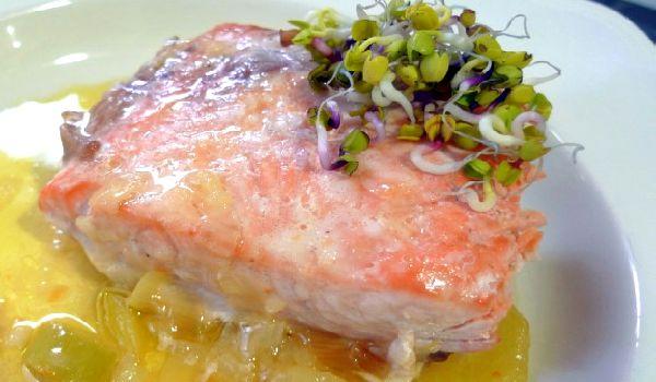 Новогодний рецепт универсальный: лосось в собственном соку